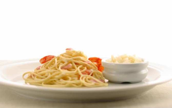 Espaguetis con bacón y gambas