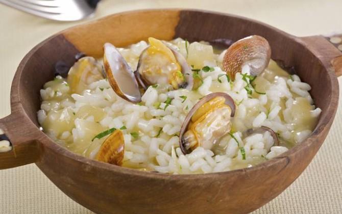 Arroz blanco con salsa de almejas