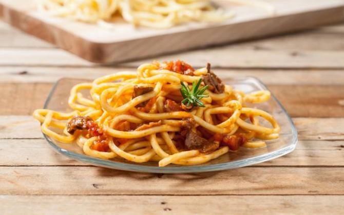 Espaguetis con jamón y setas