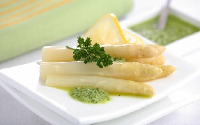 Espárragos en salsa verde