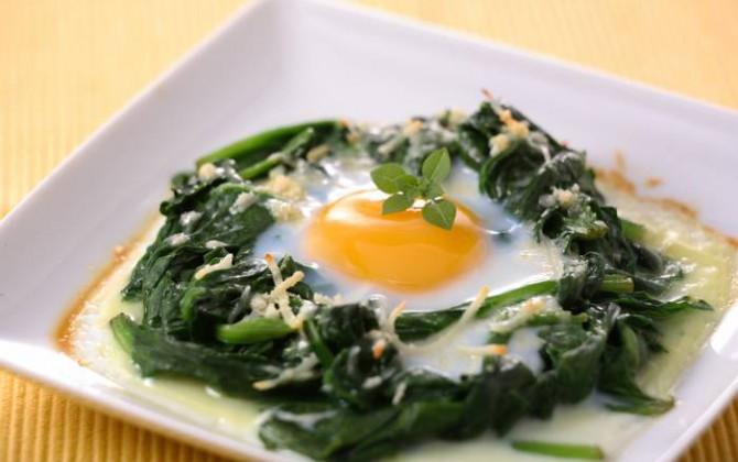 Espinacas con huevos al horno