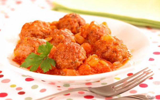Albóndigas con tomate y cebolla