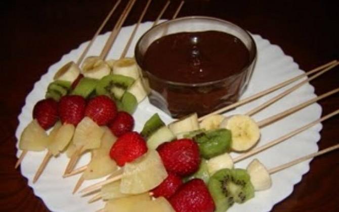 brochetas de fruta con fondue de chocolate a la leche condensada