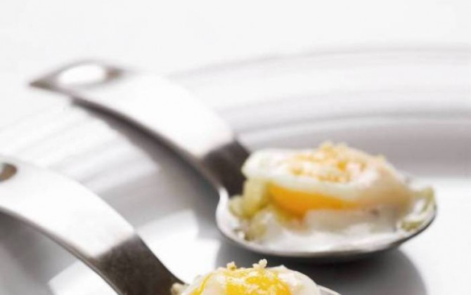 Huevos de codorniz escaldados con cebolla y cremoso de queso de cabra
