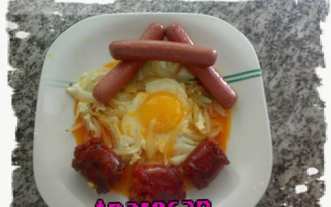 huevos fritos de cebolla con salchichas y chorizo picante