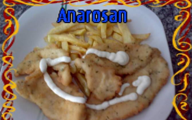 ricos filetes de pollo empanados con patatas fritas y mayonesa