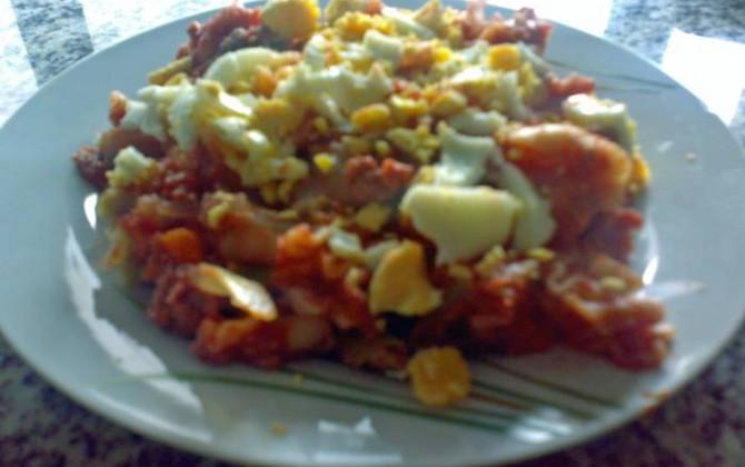 macarrones vegetales con carne picada y huevo duro