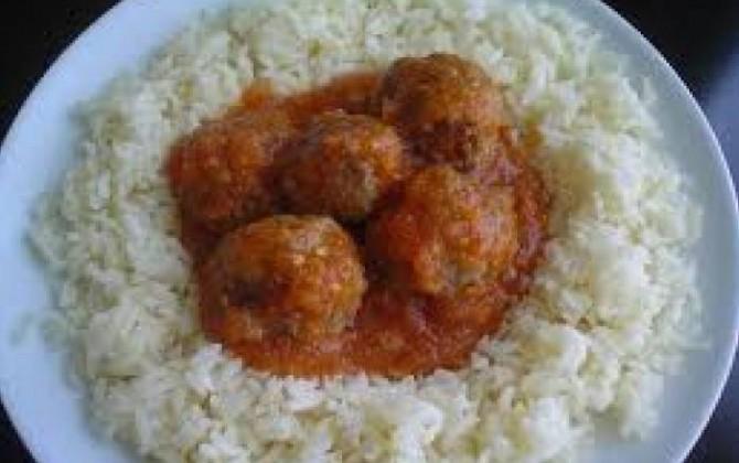 albóndigas con tomate casero y rico arroz blanco para lolines