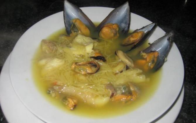 sopa de fideos con marisco y pescado