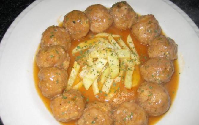 albóndigas de pollo en salsa de zanahorias