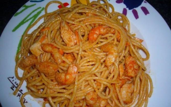 espaguetis con gambas y surimi al ajillo