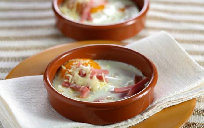 Huevo a la cazuela con jamón cocido
