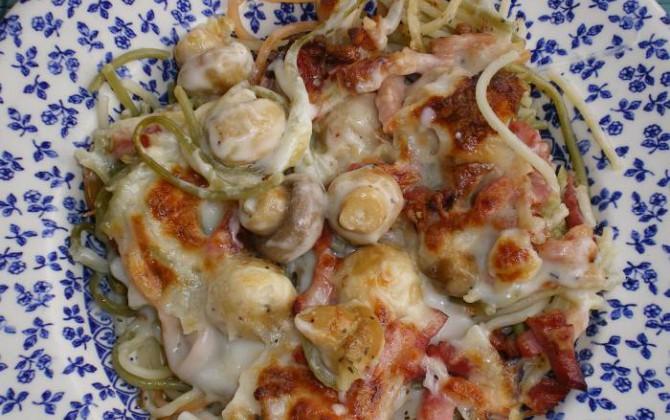 spaggetti tricolori con bacon y champiñones