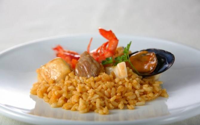 Paella de conejo y marisco