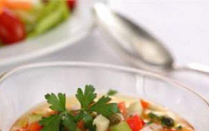 Ensalada de pepino, tomate, pimiento rojo y cebolla