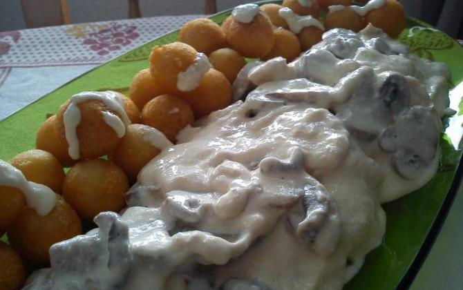 pechugas de pollo a los dos quesos con bolitas de patatas