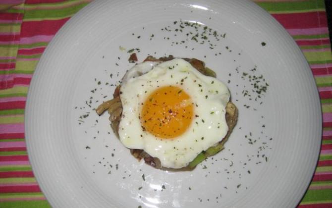 setas con huevo a la plancha y ajetes frescos