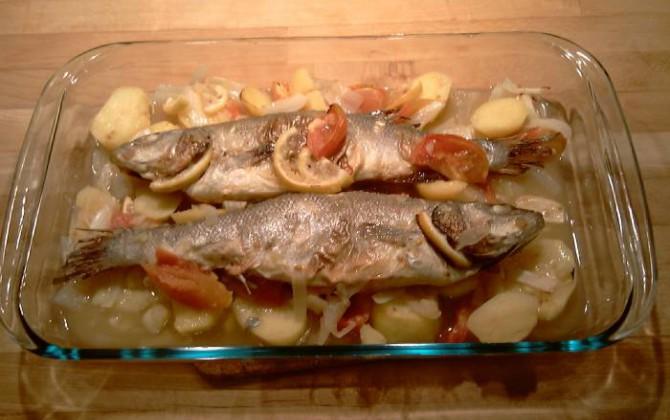 lubina al horno con patatas y tomate
