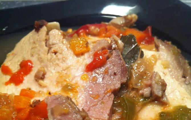 redondo de cerdo en salsa de pimientos