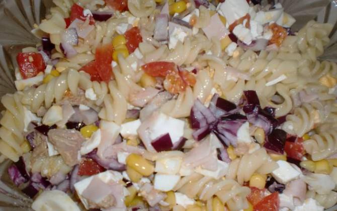 ensalada de pasta con atún y maíz