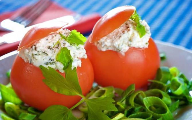 Tomates rellenos de queso y rúcula