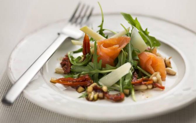 Ensalada con rúcula, parmesano, tomates secos, manzana y salmón ahumado