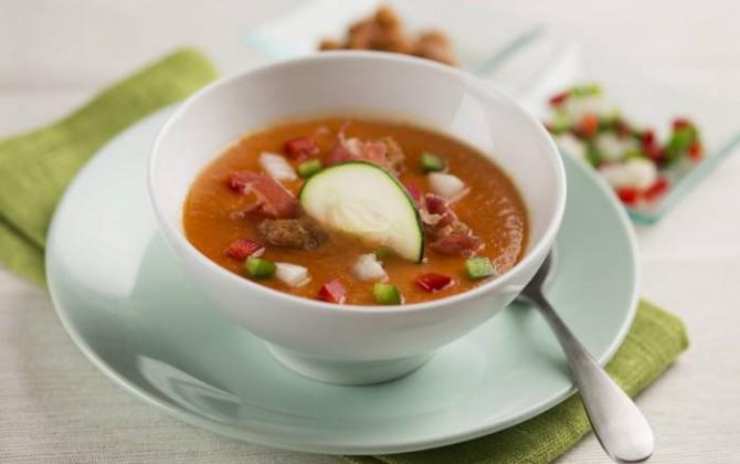 Gazpacho andaluz con jamón y picatostes