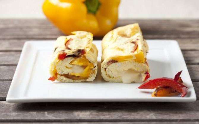 Rollitos de tortilla con pimientos y queso