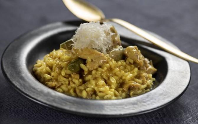 Risotto al curry con guisantes bajo en sal