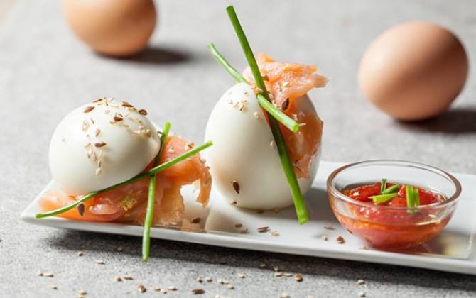 Huevo duro con salmón ahumado