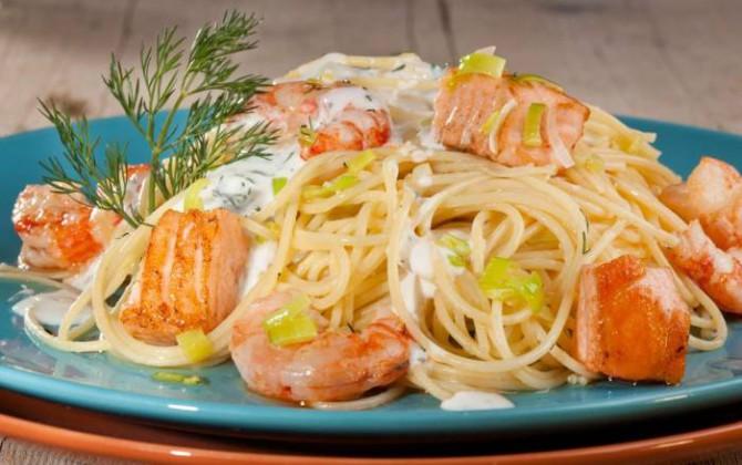 Pasta con salmon y gambas