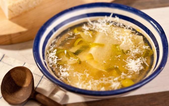 Pasta con caldo de verduras