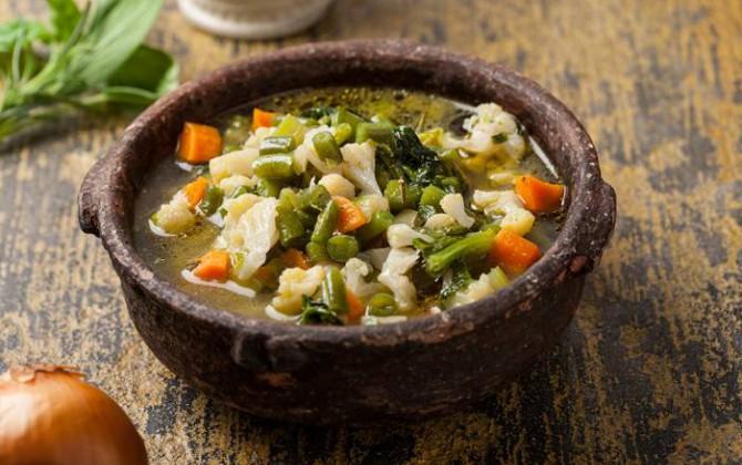 Sopa de verduras con hierbas