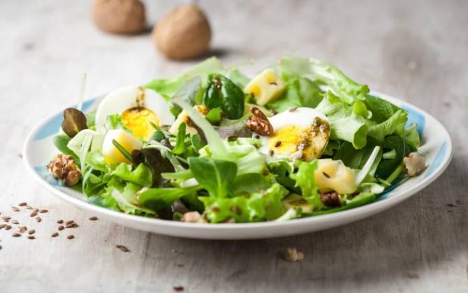 Ensalada verde con huevo y queso