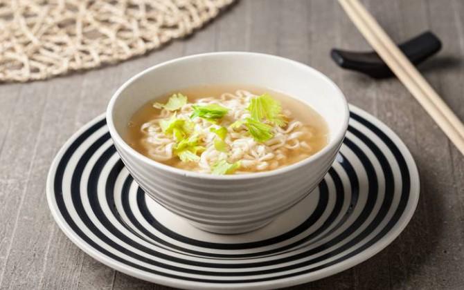Noodles con sopa de miso