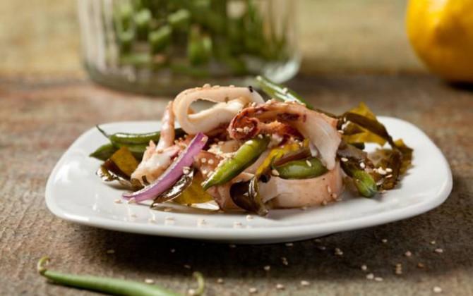 Ensalada tibia de calamares, algas y judías verdes