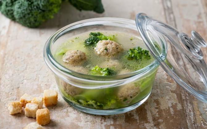 Receta de caldo con albóndigas y brócoli
