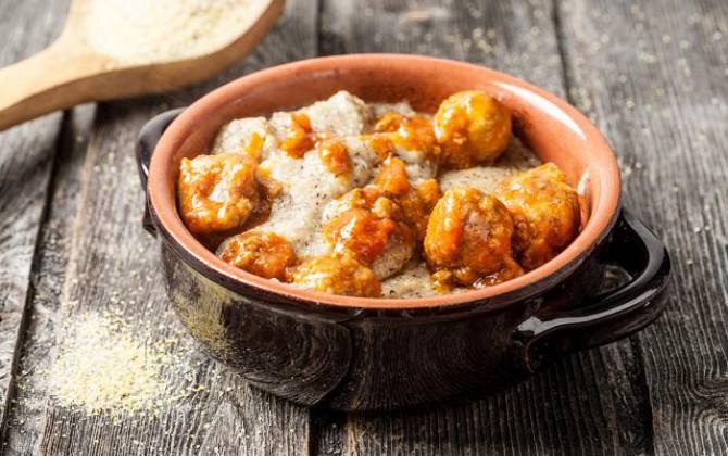 Albóndigas con salsa y polenta