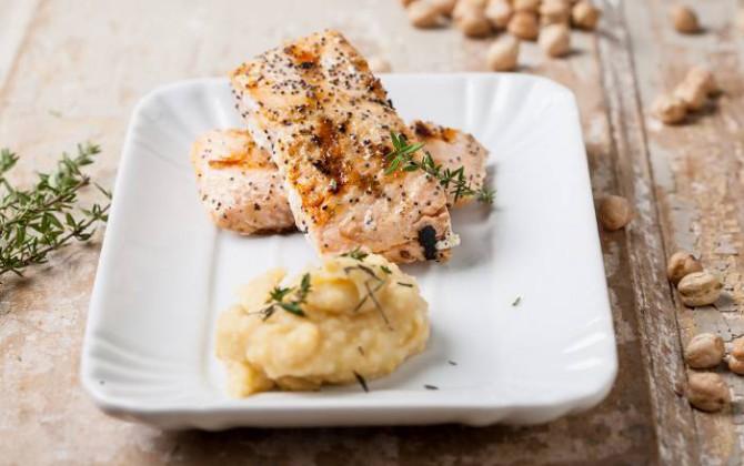 Salmón con crema de garbanzos y patatas