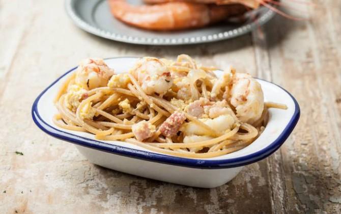 Espaguetis a la carbonara con langostinos