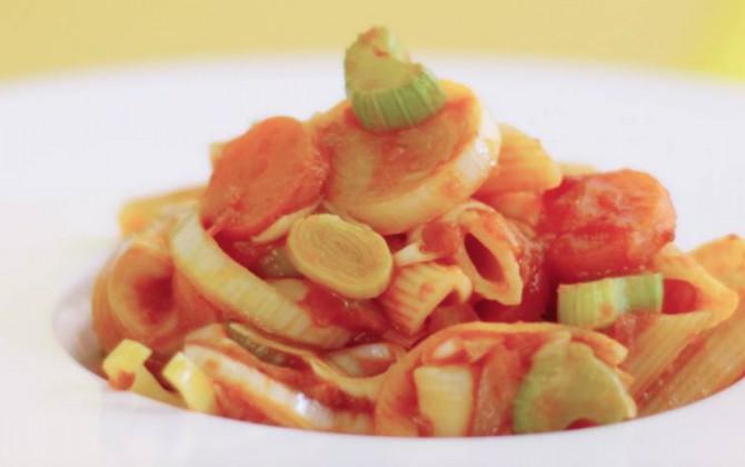 Macarrones con tomate y verduras