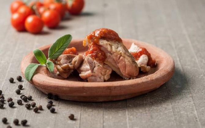 Pollo troceado con tomates