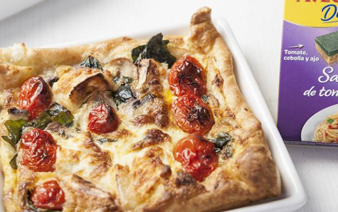 Hojaldre con tomate, champiñones, kale y queso de cabra