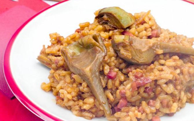 Paella de carne y alcachofas