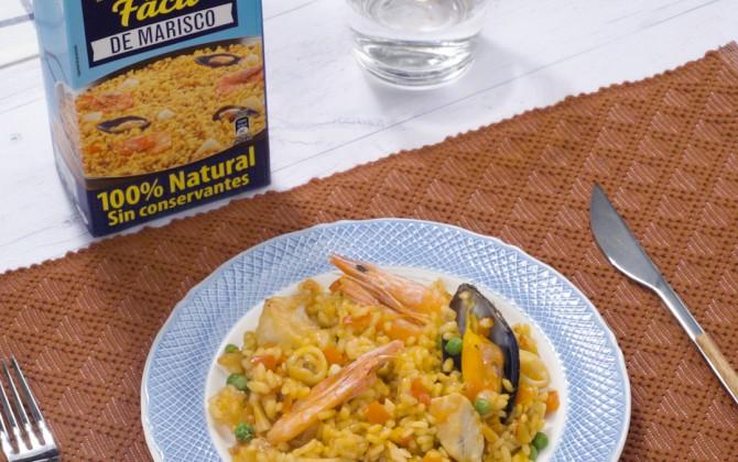 Bodegón con producto arroz con pollo y marisco