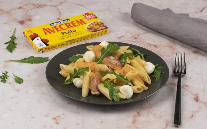 Bodegón con producto ensalada de pasta fría