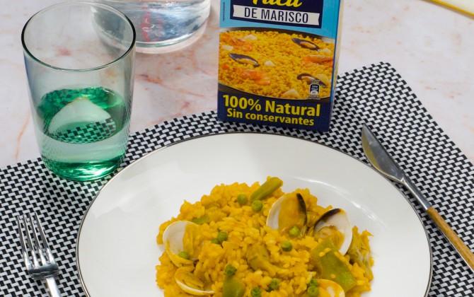 Bodegón de arroz con almejas y verduras con producto