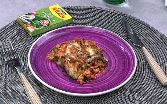 Bodegón con producto lasaña de calabacín y carne picada
