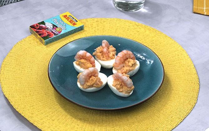 Bodegón con producto huevos rellenos de marisco