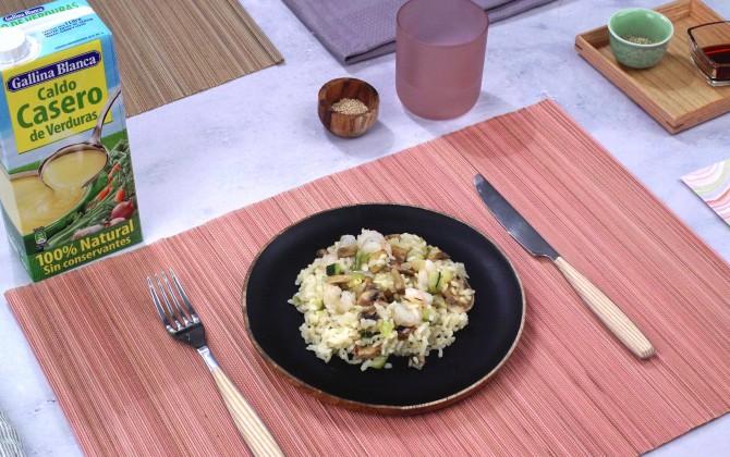 Bodegón con producto arroz con verduras y gambas